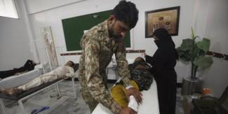 کراچی :پاکستان آ رمی کی جانب سے ہیٹ اسٹروک کیمپ قائم، ٹھنڈے پانی کی بوتلوں کی فراہمی جاری