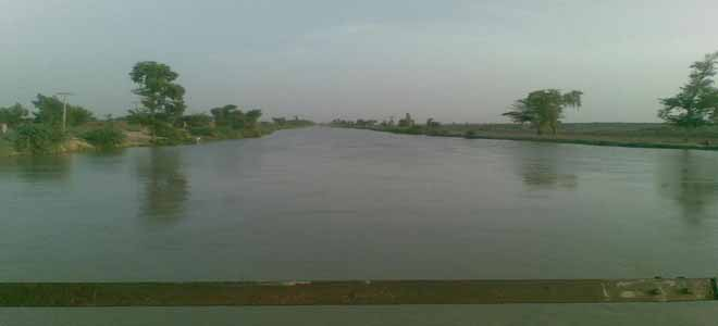 breach-in-musa-allah-aabad-canal-causes-flooding-in-kandhkot[1]